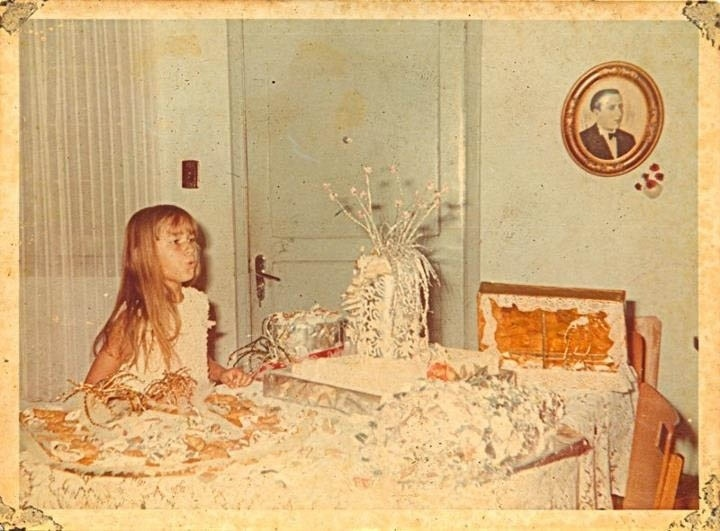Xuxa mostra foto de sua infância (9/8/2012)