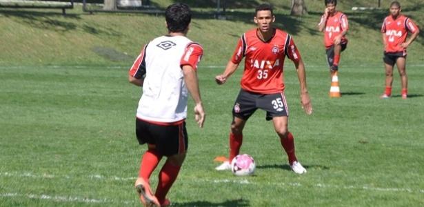 Zagueiro Naldo contratado pelo Atlético-PR e anunciado quase dois meses depois de iniciar os treinos no clube (09/08/2012)
