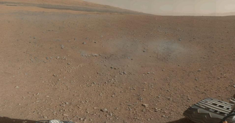 10.ago.2012 - A imagem, divulgada pela Nasa (agência espacial americana), mostra o monte Sharp ao horizonte