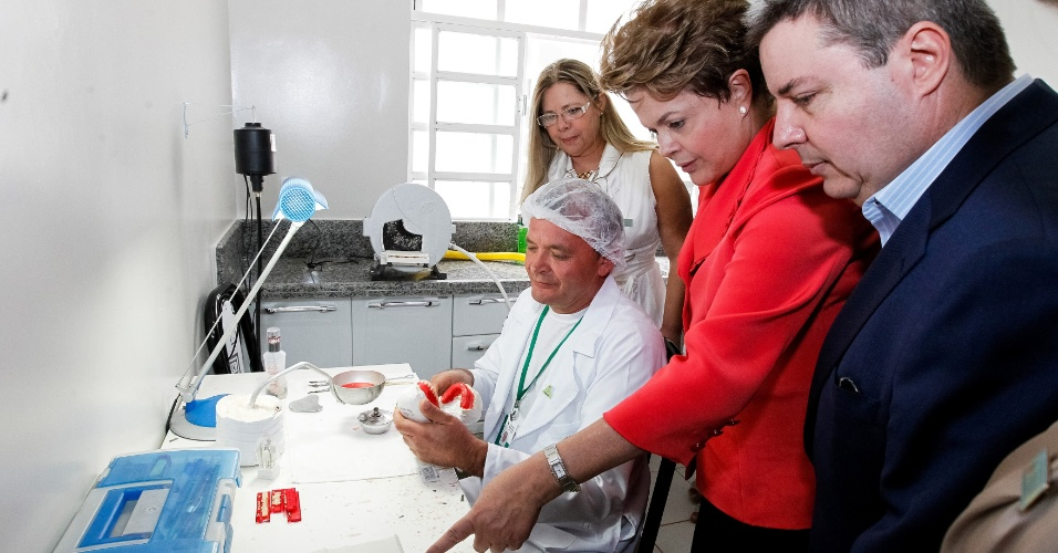10.ago.2012 - A presidente Dilma Rousseff visita centro de especialidades odontol&#243;gicas, em Rio Pardo de Minas (MG)