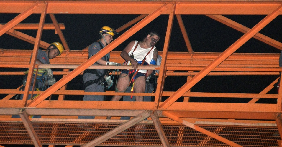 10.ago.2012 - Bombeiros resgatam homem que subiu em uma torre do Aeroporto de Congonhas, na zona sul de S&#227;o Paulo. Ele estava munido de um fac&#227;o e usando apenas regata e cueca. Ap&#243;s negocia&#231;&#227;o, policiais militares e bombeiros conseguiram resgat&#225;-lo. De acordo com a PM, o homem seria um policial que est&#225; afastado do cargo por problemas psiqui&#225;tricos