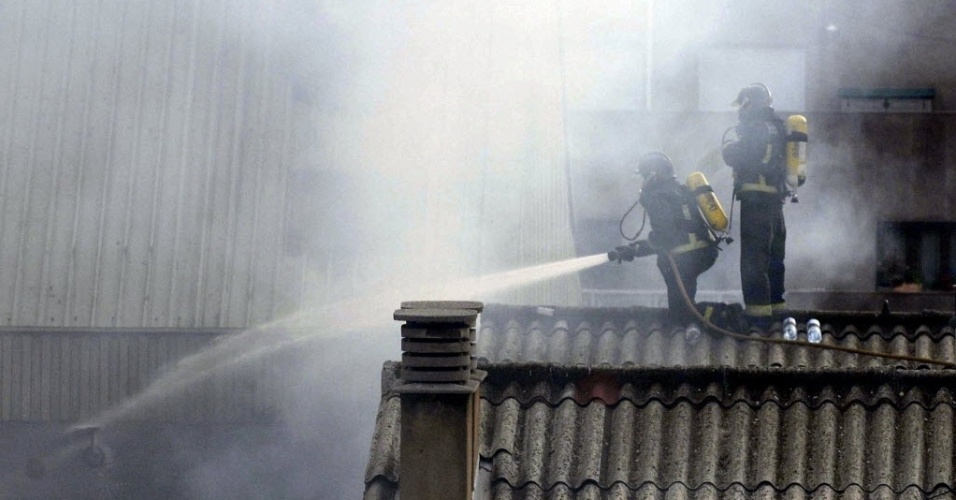 10.ago.2012 - Bombeiros tentam conter inc&#234;ndio no terceiro andar do pr&#233;dio da C&#226;mara Municipal de Leon, na Espanha