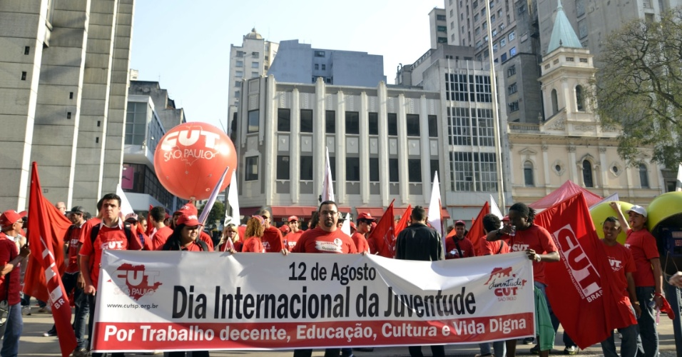 10.ago.2012 - Integrantes da Central &#218;nica dos Trabalhadores de S&#227;o Paulo, em parceria com movimentos sociais, comemoraram o Dia Internacional da Juventude em ato p&#250;blico realizado na Pra&#231;a da Patriarca, na regi&#227;o central da capital paulista