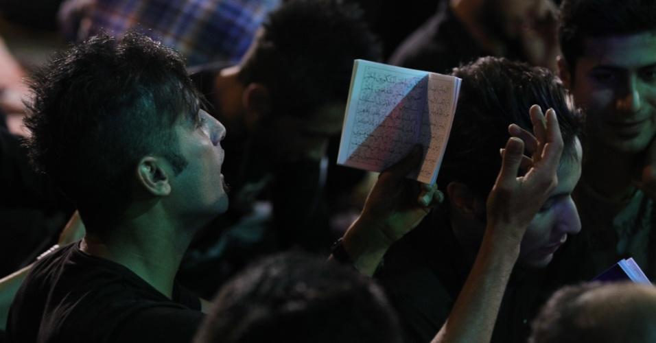 10.ago.2012 - Jovem iraniano faz orações em Teerã, no Irã, durante o mês sagrado do Ramadã