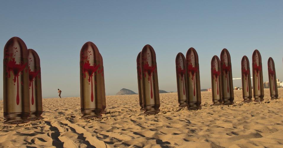 10.ago.2012 - Protesto da ONG Rio de Paz ocupa as areias da praia de Copacabana, no Rio, nesta sexta-feira, véspera do dia em que se completa um ano do assassinato da juíza Patricia Acioli. Foram colocadas na areia 21 fotos de balas de revolver, com a frase