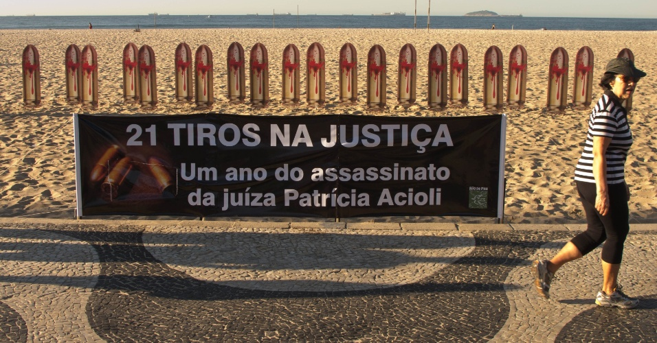 10.ago.2012 -    Protesto da ONG Rio de Paz ocupa as areias da praia de Copacabana, no Rio, nesta sexta-feira (10), para lembrar o primeiro ano do assassinato da juiza Patricia Acioli. Foram colocadas na areia 21 fotos de balas de revolver, com a frase &#34;21 tiros na Justi&#231;a&#34;