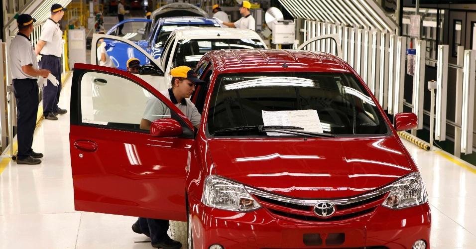 A Toyota começou a produzir nesta quinta-feira (9), na nova fábrica da marca em Sorocaba (SP), o Etios, popular com variações hatch e sedã
