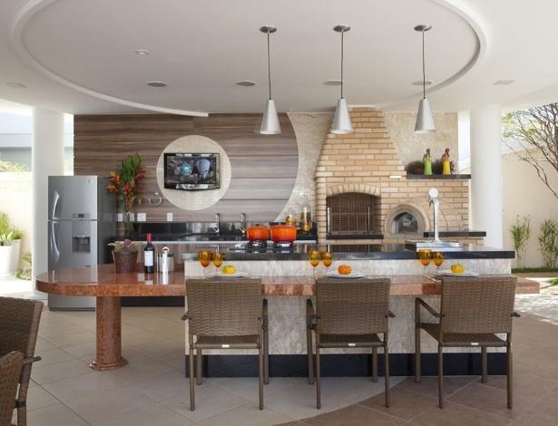 Churrasqueira de alvenaria projetada pelo arquiteto Aquiles Kílaris: espaço de sobra