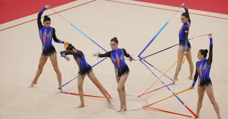 Conjunto de Israel se apresenta com três fitas e dois arcos no segundo dia de eliminatórias da ginástica rítmica