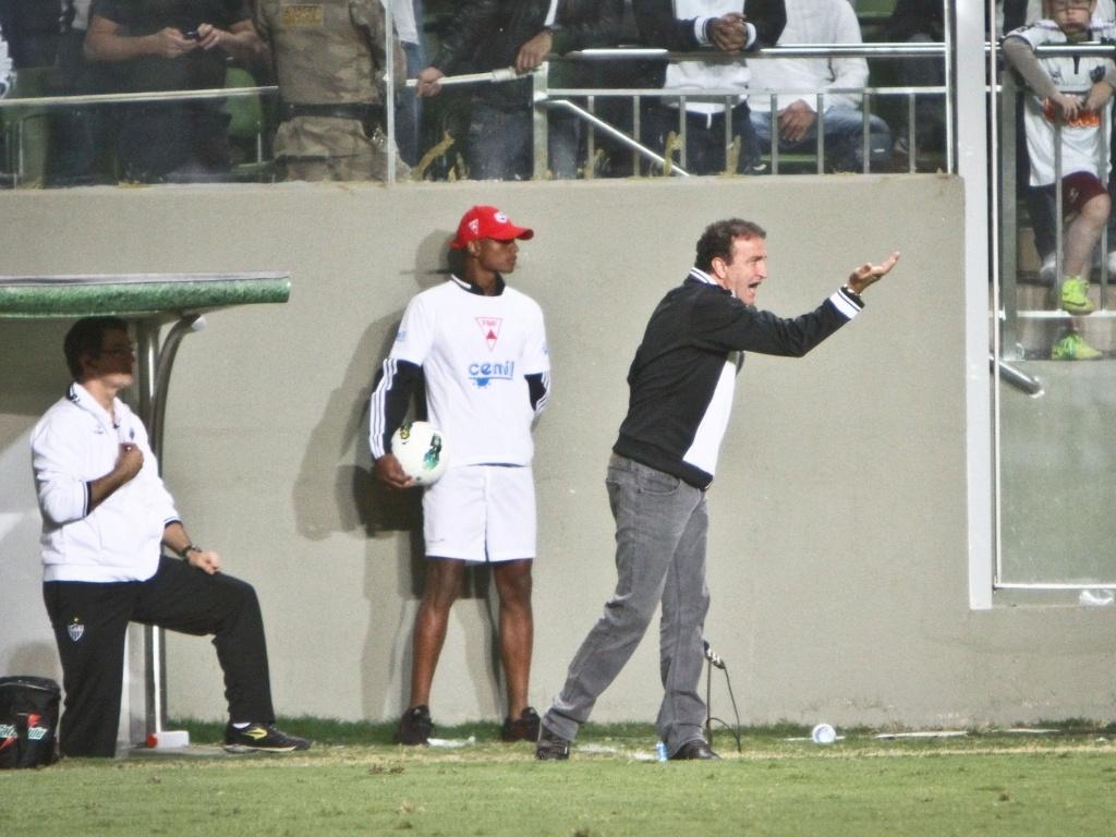 Cuca orienta o Atlético-MG durante jogo com Coritiba (9/8/2012)