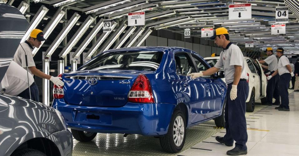 """De acordo com a Toyota, """"o Etios também será o modelo responsável por rejuvenescer o público da marca""""; o carro causou boa impressão em SP"""
