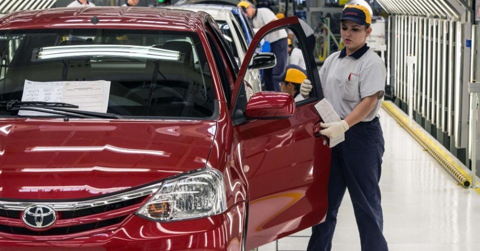 No destaque, funcionários trabalham na linha de montagem do modelo, que terá motores flexíveis de 1,3 litro com 84 cv e 1,5 litro de até 96,5 cv