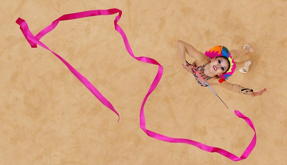 Imagem aérea mostra um movimento da série de fita da chinesa Senyue Deng no 2º dia de eliminatórias da ginástica rítmica