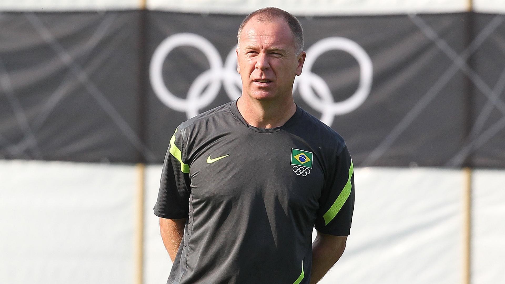 Mano Menezes observa treino da seleção brasileira na cidade de Londres (10/08/2012)