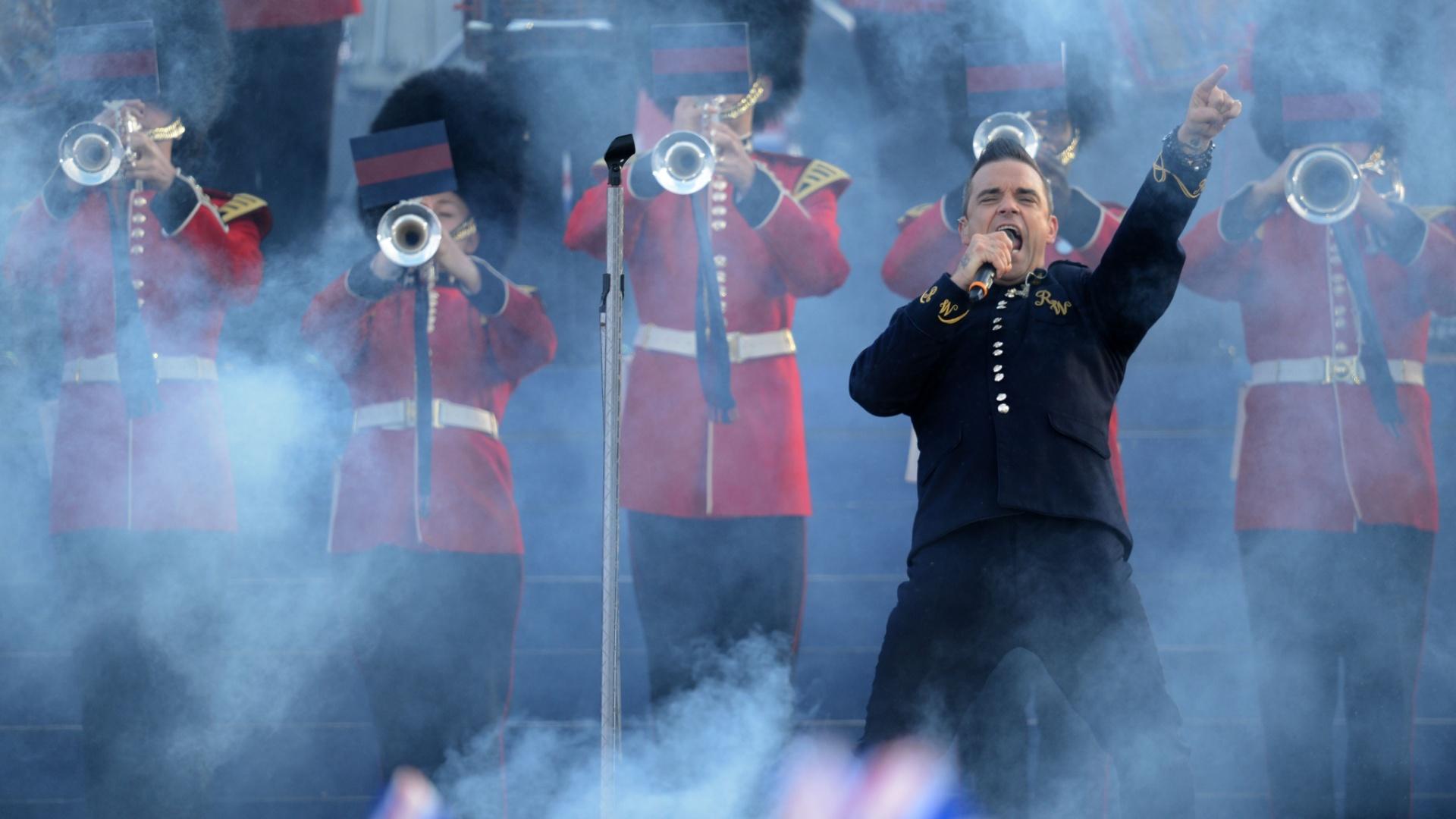 O cantor Robbie Williams se apresenta durante as comemoração do jubileu da rainha Elizabeth, no Palácio de Buckingham (4/6/2012)