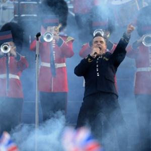 Robbie Williams se apresenta durante as comemoração do jubileu da rainha Elizabeth, no Palácio de Buckingham (4/6/2012)
