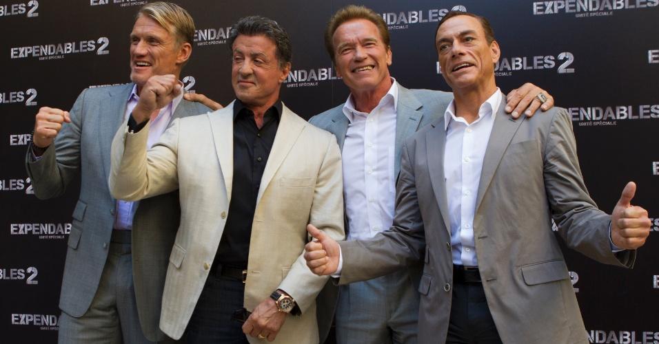 """Os astros Dolph Lundgren, Sylvester Stallone, Arnold Schwarzenegger e Jean-Claude Van Damme foram à pré-estreia de """"Os Mercenários 2"""" nesta sexta (10), na França (10/8/12)"""