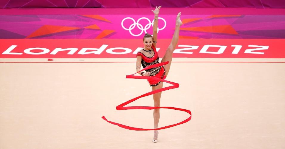 Polonesa Joanna Mitrosz se apresenta com a fita no 2º dia de eliminatórias da ginástica rítmica em Londres