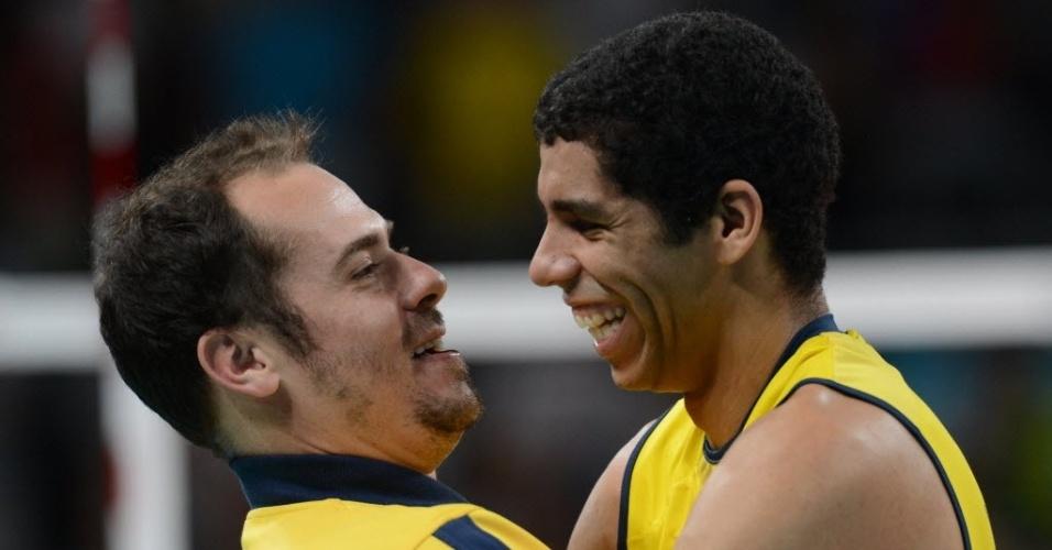 Ricardinho abraça o oposto Wallace após a vitória da seleção brasileira sobre a Itália