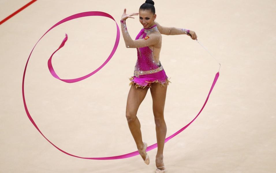 Russa Daria Dmitrieva faz bonitos movimentos com a fita durante o segundo dia das eliminatórias de ginástica rítmica em Londres