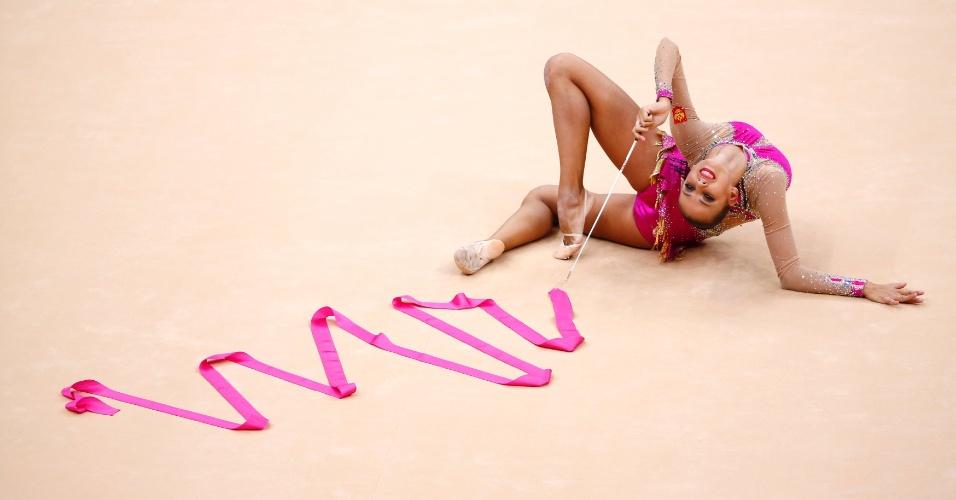 Russa Daria Dmitrieva se apresenta com a fita durante o segundo dia das eliminatórias de ginástica rítmica em Londres
