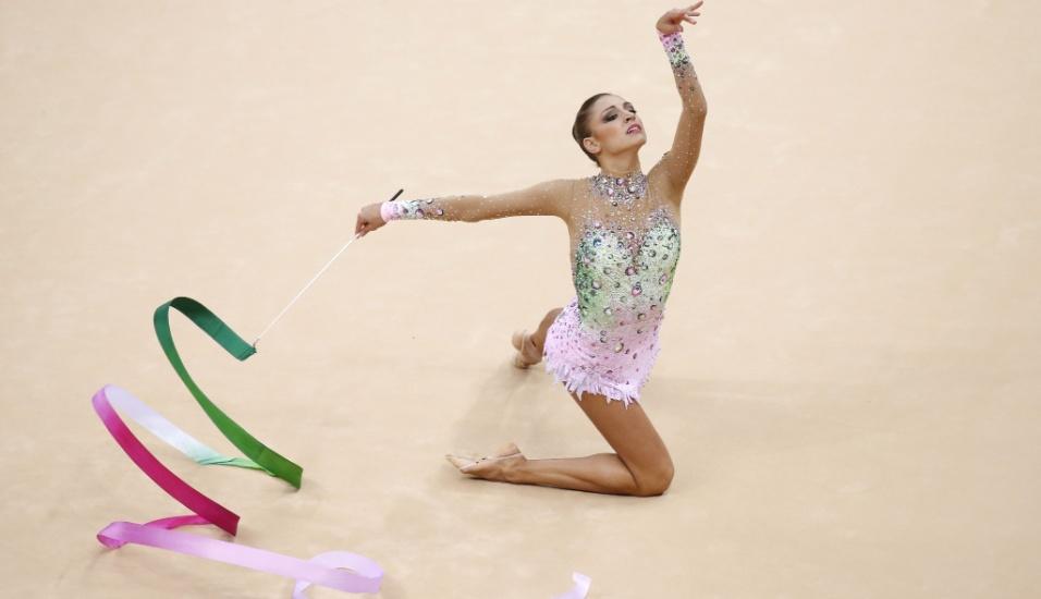 Russa Evgeniya Kanaeva faz uma parada durante sua apresentação de fita nas eliminatórias desta sexta-feira