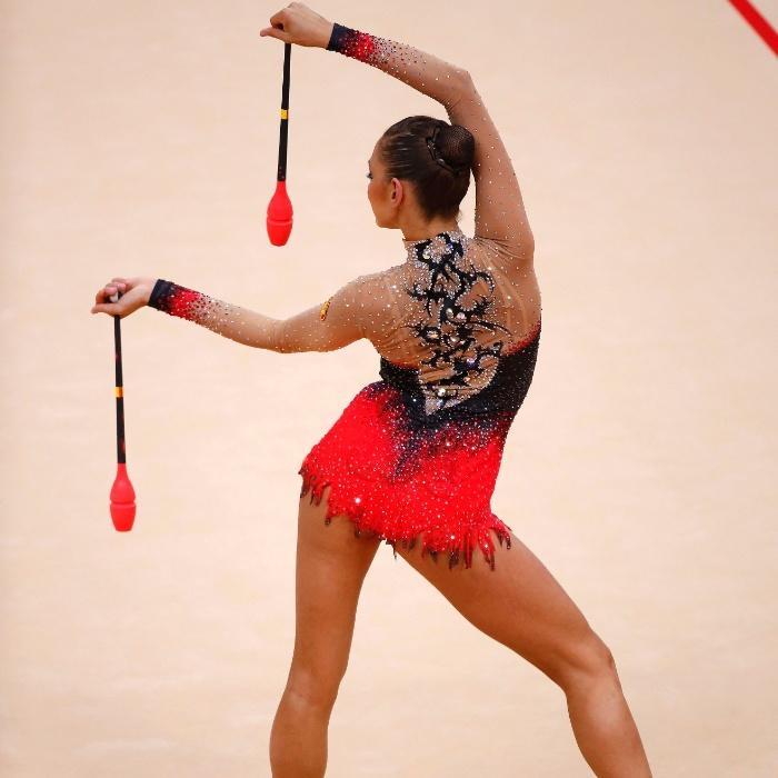 Russa Evgeniya Kanaeva se apresenta com as maças no 2º dia de eliminatórias da ginástica rítmica; ela avançou à final individual com a maior soma entre as competidoras