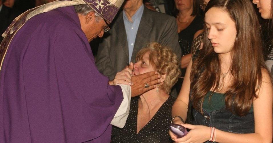 11.ago.2012 - Bispo auxiliar da Arquidiocese do Rio de Janeiro, Edson Castro, consola mãe da juíza Patrícia Acioli, Marly Acioli, durante missa celebrada neste sábado (11) para lembrar um ano do assassinato da magistrada, em Niterói, no Rio