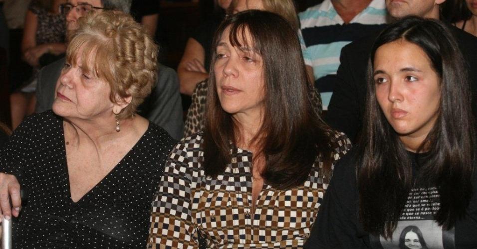 11.ago.2012 - Mãe da juíza Patrícia Acioli, Marly Acioli (esquerda), a irmã Simone (centro) e a filha de 13 anos, Ana Clara (direita), participam de missa para lembrar um ano do assassinato da magistrada em Niterói, no Rio de Janeiro