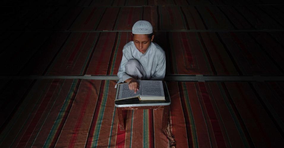 11.ago.2012 - Menino lê o Alcorão em uma mesquita durante o mês do Ramadã, em Karachi, no Paquistão