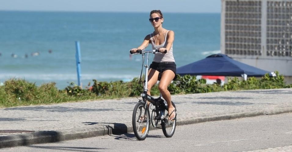 A atriz Fernanda Pontes pedala na orla na orla da Barra da Tijuca, no Rio (11/8/12)
