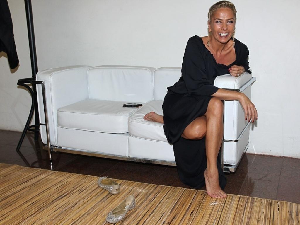 Adriane Galisteu aguarda o início do evento Miss São Paulo 2012, no Palácio de Convenções do Anhembi (11/8/12)