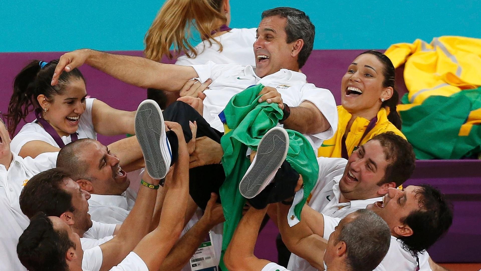 Após conquista do ouro olímpico, jogadoras e comissão técnica jogam treinador José Roberto Guimarães para o alto