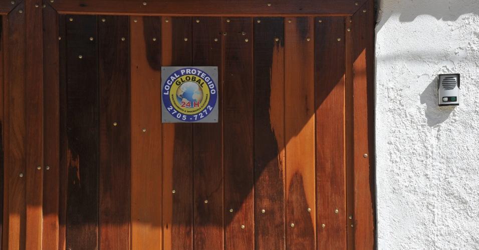 Assustados com a brutalidade do assassinato da juíza Patrícia Acioli, os moradores de Jardim Imbuí, em Piratininga, na cidade de Niterói, utilizam diversos mecanismos para garantir a segurança de suas residências. As táticas vão desde a fixação de placas alertando sobre a presença de cães a instalação de câmeras de segurança e alarmes.