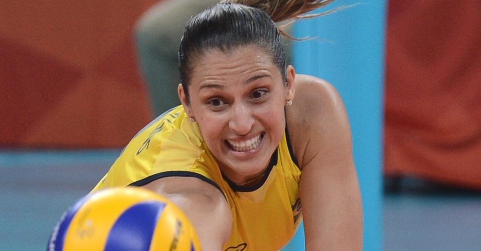 Dani Lins da peixinho para tentar defesa na partida contra os Estados Unidos na final do vôlei feminino