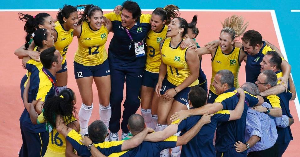 Equipe brasileira comemora bicampeonato olímpico do vôlei feminino na Olimpíada de Londres