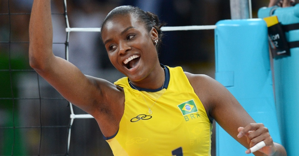 Fabiana, meio de rede do Brasil, comemora ponto marcado na partida deste sábado contra os EUA