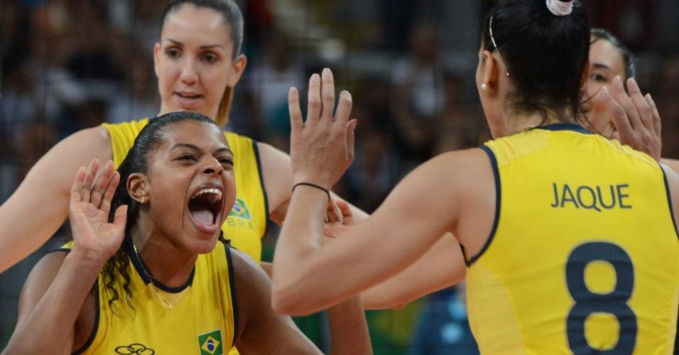 Fernanda Garaay comemora com Jaqueline ponto marcado na final contra os Estados Unidos