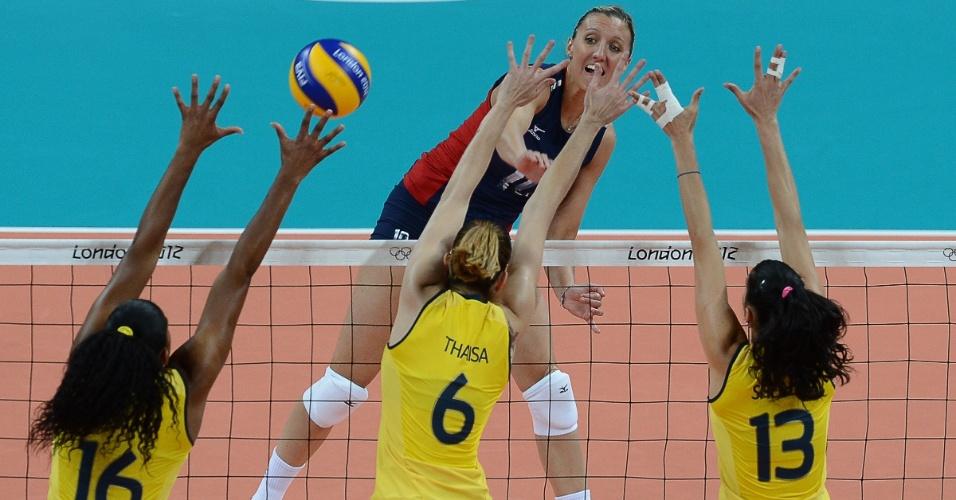Fernanda Garay, Thaísa e Sheilla pulam para tentar bloquear atacante dos EUA Jordan Larson