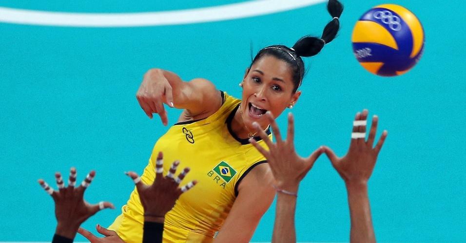 Jaqueline ataca contra bloqueio duplo norte-americano na final do vôlei feminino deste sábado (11/08)