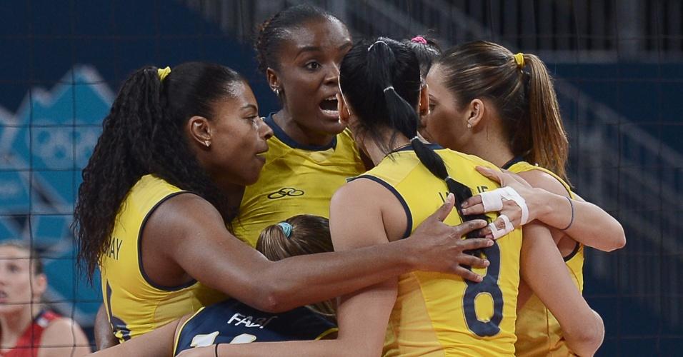 Jogadoras do Brasil comemoram ponto marcado na final do vôlei feminino contra os Estados Unidos