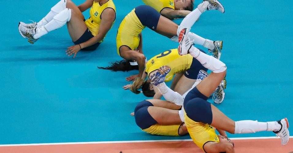 Jogadoras do Brasil dão cambalhota na comemoração da conquista da medalha de ouro em Londres