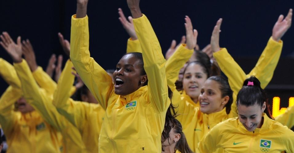 Jogadoras do Brasil fazem festa no pódio antes de receberem medalha de ouro em Londres
