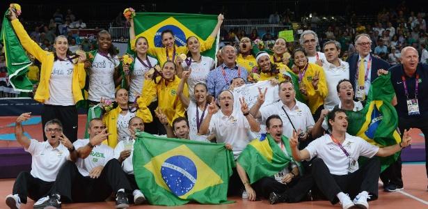 Ary Graça (de azul, no centro) vibra com o ouro: premiação não chegou aos atletas