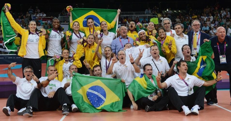 Jogadoras e comissão técnica da seleção de vôlei feminino do Brasil posam para foto após conquista do ouro em Londres