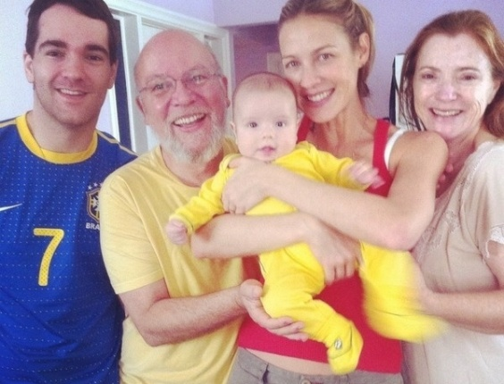 Luana Piovani publicou uma foto com sua famlia e o filho Dom assistindo o jogo de futebol da equipe brasileira nas Olimpadas. 