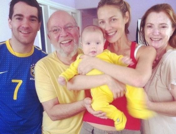 Luana Piovani publicou uma foto com sua família e o filho Dom assistindo o jogo de futebol da equipe brasileira nas Olimpíadas.