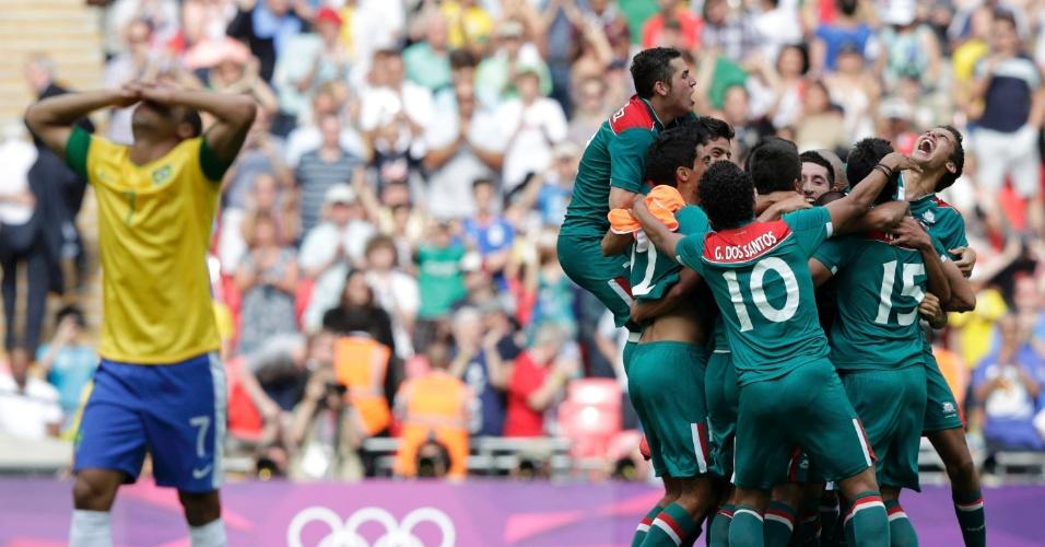Lucas coloca as mãos na cabeça, enquanto jogadores mexicanos comemoram título olímpico sobre o Brasil