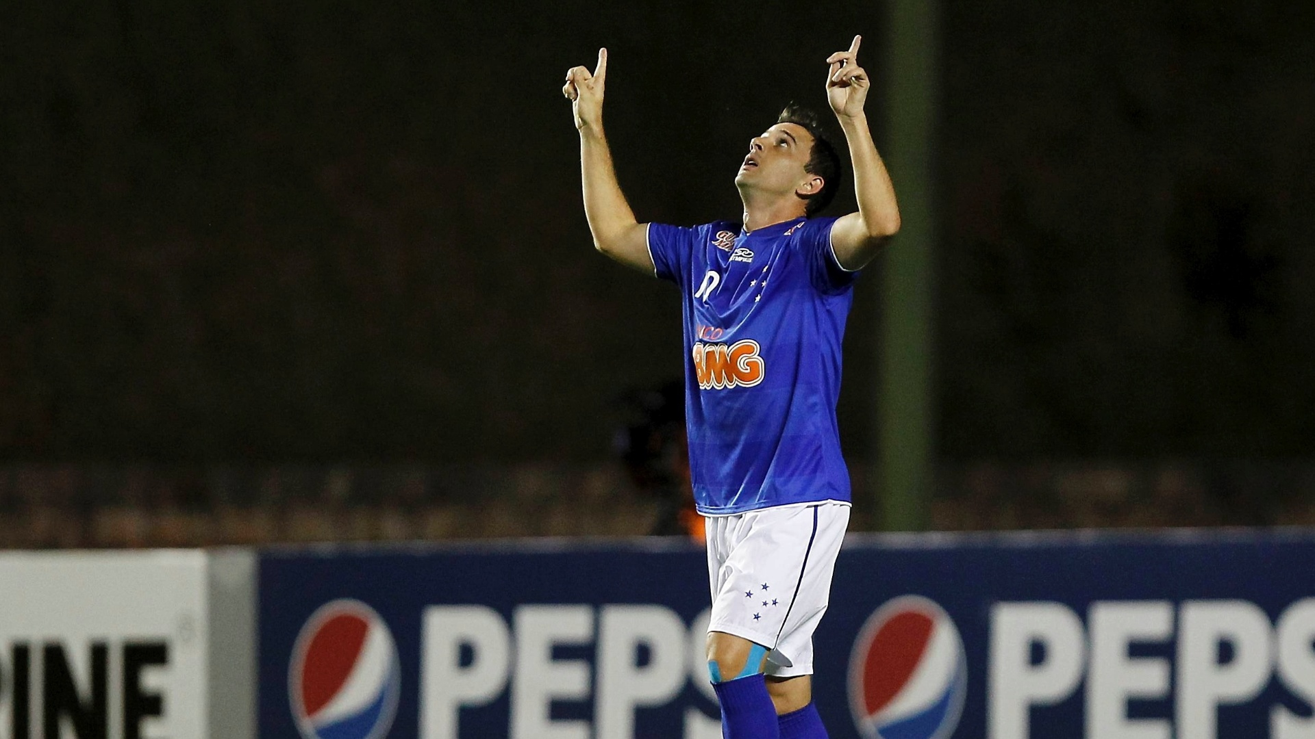 Montillo, do Cruzeiro, comemora aps marcar gol durante a partida contra o Bahia