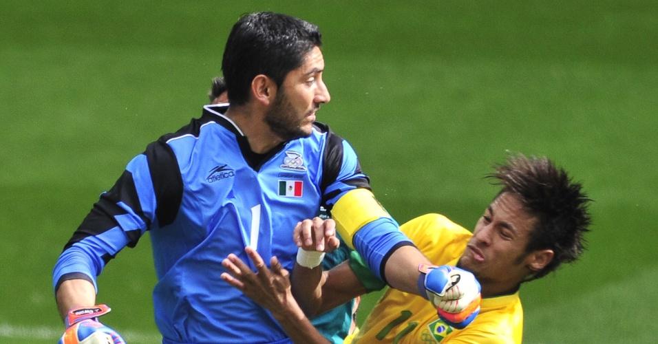 Neymar disputa bola com goleiro mexicano na final dos Jogos Olímpicos